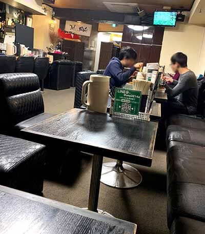 つけ麺岡崎の店内画像。椅子が座りづらい
