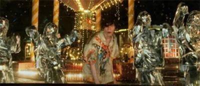 米津玄師のMV「kanden」の演出。ミラーマンが手招きをするシーン